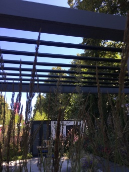 Pergola with roof bars that roll